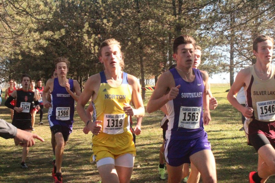 Luke Gleason leads the top runners early in the race at the state meet.